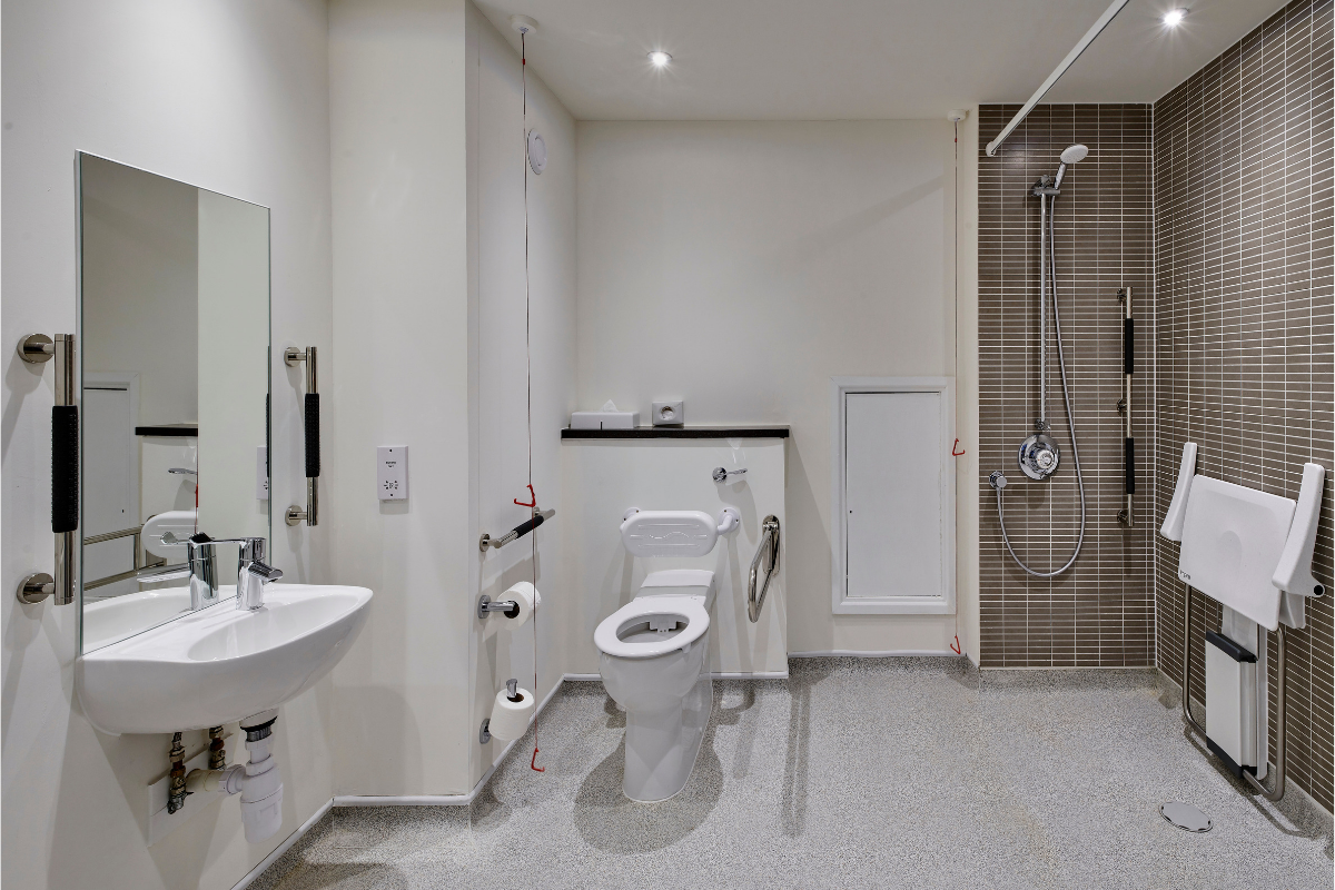 Holiday Inn Haydock Accessible bathroom
